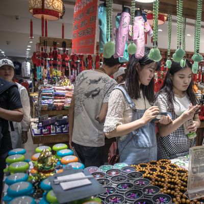 Kiinalaiset asiakkaat tutkivat koruja Wangfujingin kauppa-alueella Pekingissä.