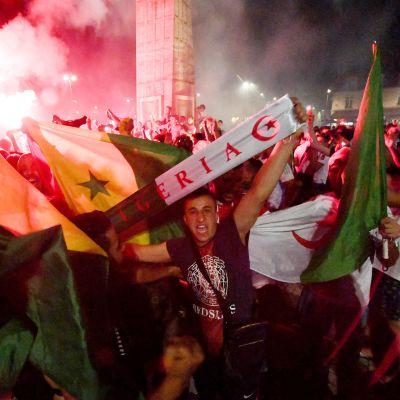 Algerialaiset jalkapallofanit juhlivat kadulla Bordeauxissa.