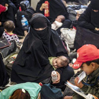 Naisia ja lapsia al-Holin leirillä Syyriassa.