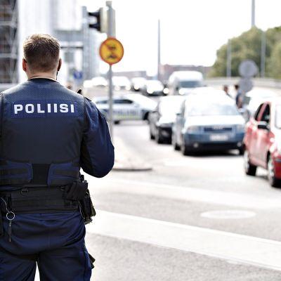Poliiseja ampumapaikalla Helsingin Hietalahdenkadulla tiistaina 23. heinäkuuta 2019.