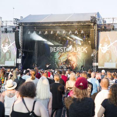 Kuopiorockin yleisöä ja esiintymislava.