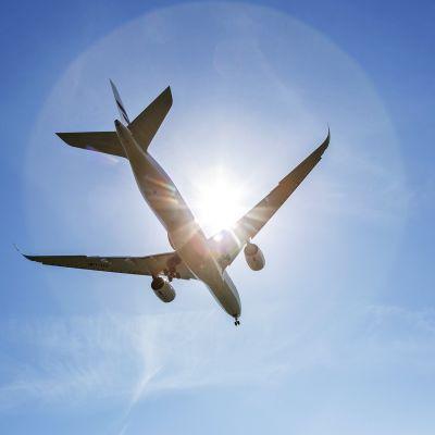 Finnairin Airbus 350 -lentokone laskeutuu Helsinki-Vantaan lentokentälle kesäpäivänä.