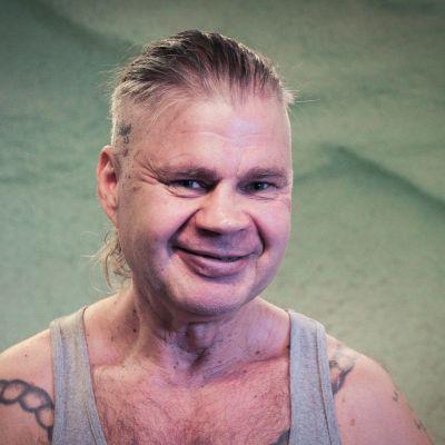 Vankijutun haastateltava Hannu Peltola kuvattuna Tampereen Nääshallissa.