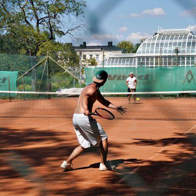 Helsingin Kaisaniemessä kaksi nuorta miestä oli pelaamassa tennistä helteestä huolimatta sunnuntaina 28. heinäkuuta 2019.