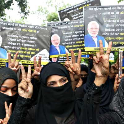 Musliminaisia edustavat järjestöt juhlivat uutta lakia eri puolilla Intiaa keskiviikkona 31. heinäkuuta 2019.