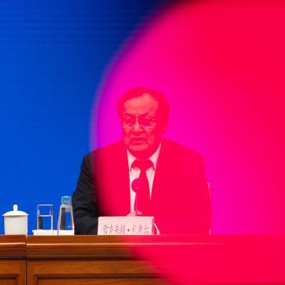 Shohrat Zakir tiedotustilaisuudessa Pekingissä.