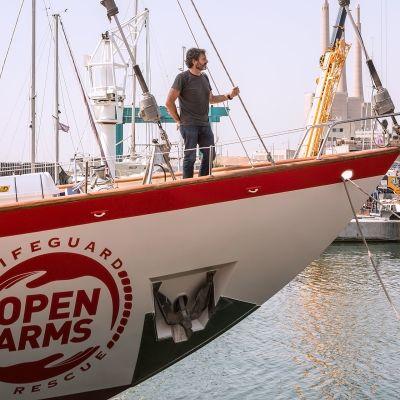 Open Armsin Astral-alus seilaa Britannian lipun alla, minkä vuoksi Espanjan viranomaiset eivät voi estää sen lähtöä. Kannella pelastusjärjestön perustaja Oscar Camps.