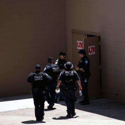 Poliisin erikoisjoukot tutkivat rikospaikkaa El Pasossa.