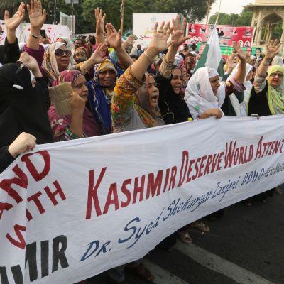 Mielenosoittajat arvostelivat Intian päätöstä Kashmirin hallinnon muutoksista Pakistanissa 5. elokuuta.