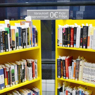 Varattujen kirjojen hylly kirjastossa.