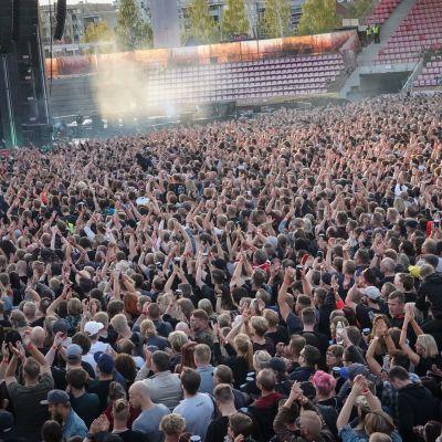 Rammstein, Ratina. Konsertin väenpaljoutta.