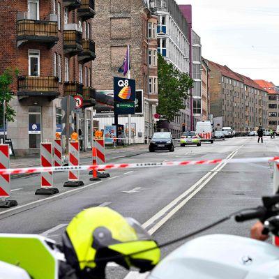 Kööpenhaminassa tapahtui räjähdys siirrettävän poliisipisteen ulkopuolella Nørrebron kaupunginosassa. Poliisit tutkivat räjähdyspaikkaa päivänvalossa lauantaina 10. elokuuta.