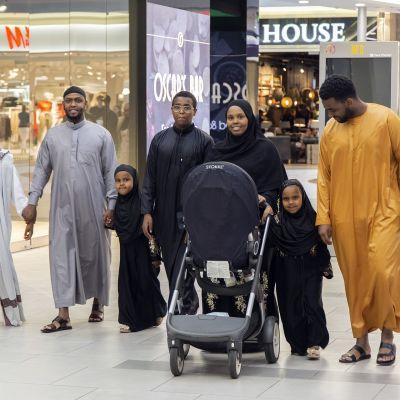 Id al-Adha -juhlaa Itäkeskuksessa viettävä perhe.