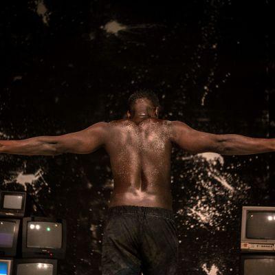 Geoffrey Eristan N.E.G.R.O.ssa yhdistyvät monologi, tanssi ja videotaide.