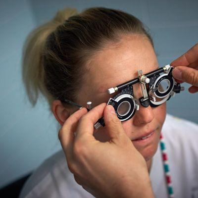 Potilaan näköä tutkitaan