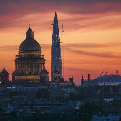 Etualalla Iisakin kirkon kupoli, taustalla Lahta-keskus.