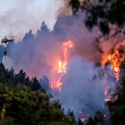 Helikopteri osallistui sammutustöihin Gran Canarialla lauantaina. Palo sai alkunsa Vallesecon kylästä saaren keskiosissa.