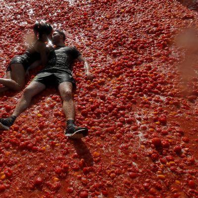 Pariskunta suuteli tomaattimeressä Tomatina-festivaalilla Pietarissa 18. elokuuta.