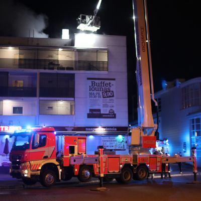 Tulipalo Mellunmäessä Pallaksentiellä varhain tiistaina 20.8.2019. Pelastuslaitoksen mukaan Helsingin Mellunmäessä opiskelija-asuntolan soluasunto tuhoutui tulipalossa täysin.