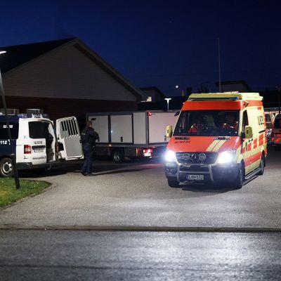 Poliisiautoja ja ambulansseja Eestinmäen päiväkodin pihalla 25. elokuuta.