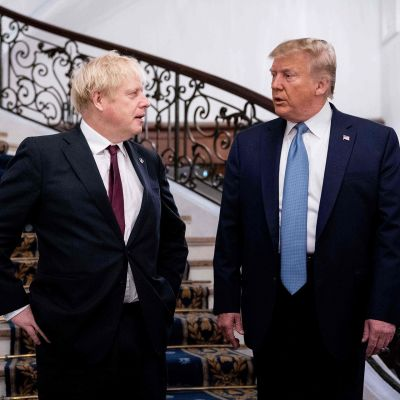 Yhdysvaltojen presidentti Donald Trump ja Britannian pääministeri Boris Johnson kahdenvälisessä tapaamisessa Ranskan G7-kokouksessa.