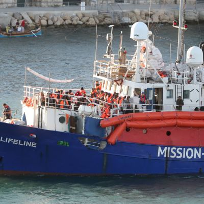 Saksalainen pelastusjärjestö Mission Lifeline kertoo pelastaneensa sata siirtolaista Välimerellä. Kuva viime vuoden kesäkuulta Maltan Vallettan satamasta.