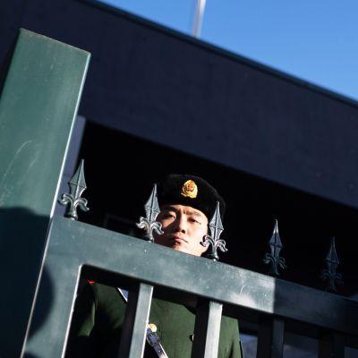Kiinalainen aseistettu poliisi vartiossa Australian suurlähetystön edustalla Pekingissä.