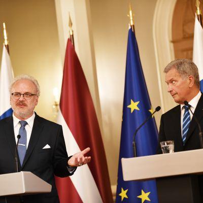 Latvian presidentti Egil Levits ja Sauli Niinistö.