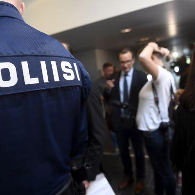 Poliiseja ja mediaa odottamassa Porvoon ampumisesta epäiltyjen veljesten vangitsemisistuntoja Vantaalla Itä-Uudenmaan käräjäoikeudessa 29. elokuuta