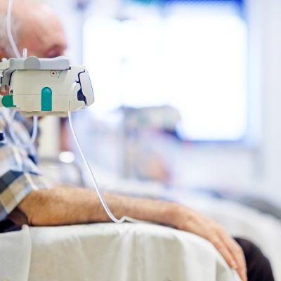 kemoterapiaa saava mies