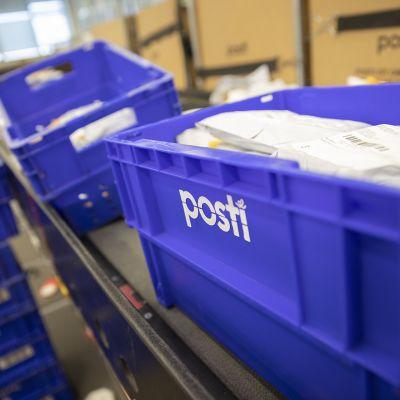 postipaketteja muovilaatikoissa
