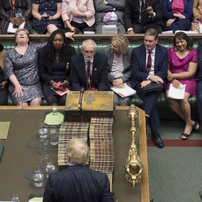 Jeremy Corbyn, Boris Johnson ja useita muita parlamentaarikkoja istuntosalissa.