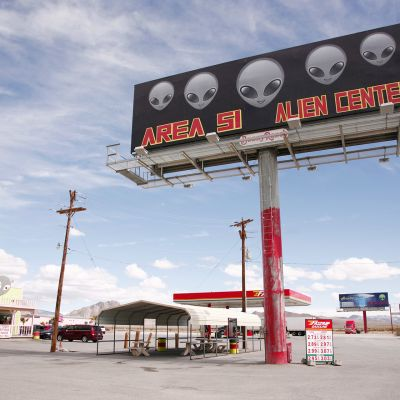Area 51 Alien Center skylt