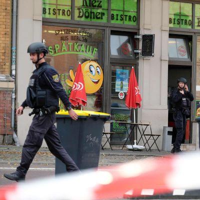 Poliisit turvaavat aluetta ampumapaikalla Hallen kaupungissa 9. lokakuuta.