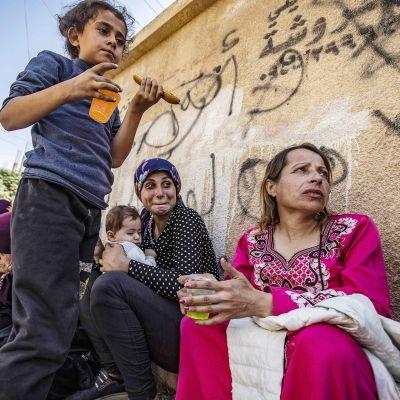 Turkin pommituksia paenneita kurdeja Hassakehin kaupungissa 10. lokakuuta.