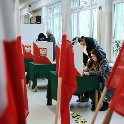 Äänestäjiä Sopotissa 13. lokakuuta.