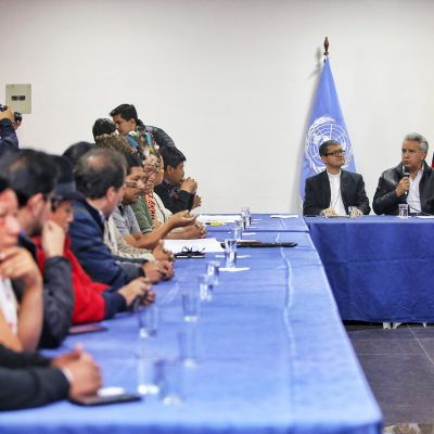 Alkuperäiskansojen johtajia ja presidentti Moreno pöydän ääressä.