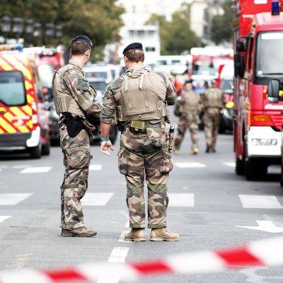 Sotilaita Priisin pääpoliisiaseman edustalla.