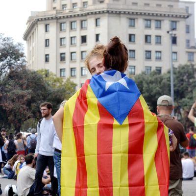 Tuomioden jälkeen ihmiset kerääntyivät Barcelonan kaduille lohduttamaan toisiaan ja osoittamaan mieltä.