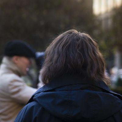 Nainen selkä kohti kameraa.