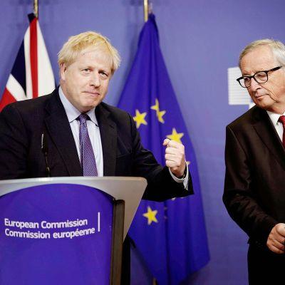 Boris Johnson ja Jean-Claude Juncker EU:n huippukokouksen tiedotustilaisuudessa.
