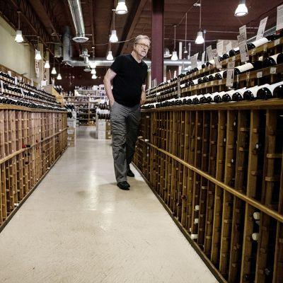 Asiakas tutkii ranskalaisia viinejä Los Angelesissä.