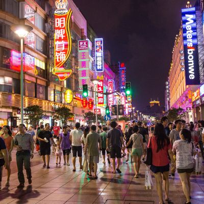 katukuvaa Shanghaista yöllä