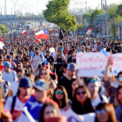 Mielenosoittajajoukko valtatiellä.