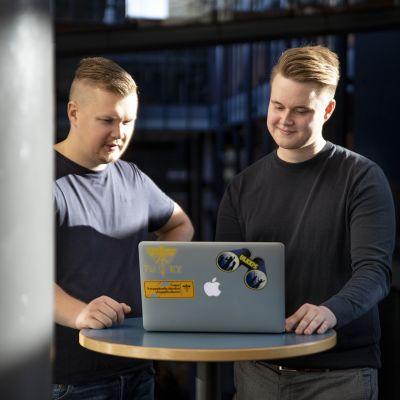 Opiskelijat Samuli Tähtinen ja Aku Lehojärvi katselevat tietokoneen ruutua.