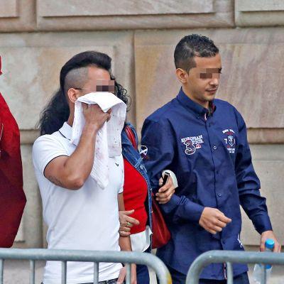 Kolme seitsemästä vastaajasta saapumassa syyskuussa 2019 oikeusistuntoon, jossa käsiteltiin lokakuussa 2016 tapahtunutta joukkoraiskausta. Vastaajien kasvot ovat sumennettu kuvankäsittelyllä Espanjan lain vuoksi.