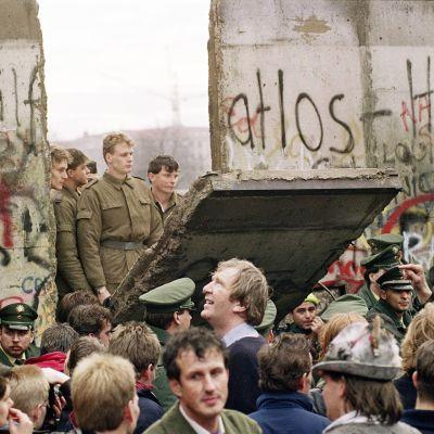 Berliinin muuri murtuu 11. marraskuuta 1989.