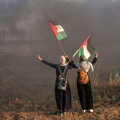 Palestiinalaisnaiset osoittivat mieltään perjantaina Israelin-rajalla. Kymmeniä loukkaantui perjantain mielenosoituksissa, jonka jälkeen Gazan puolelta ammuttiin raketteja Israeliin. Tämän jälkeen Israel kosti ilmaiskulla.