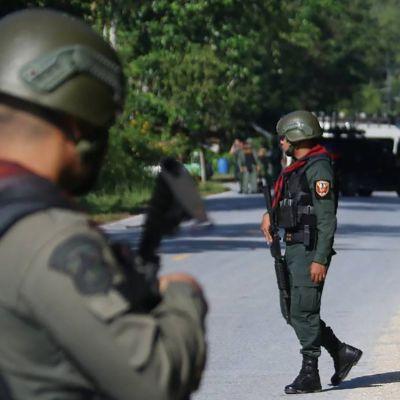 Pommiasiantuntijoita hyökkäyspaikalla Etelä-Thaimaan Yalan provinssissa 6. marraskuuta.