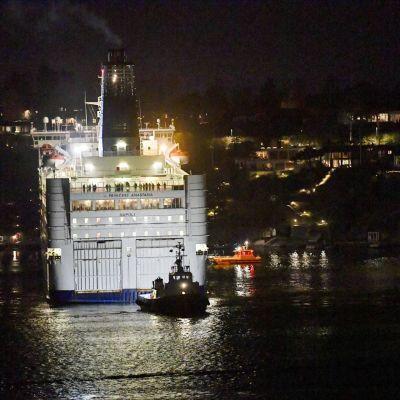 Matkustajalaiva Princess Anastasia hinattiin takaisin Tukholman satamaan myöhään keskiviikkoiltana.